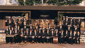 Der Verein vor dem alten Vereinslokal (1990)