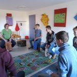 Die Schlagzeuger lernten die ersten Rythmen auf dem Cajon im Workshop auf dem Probenwochenende