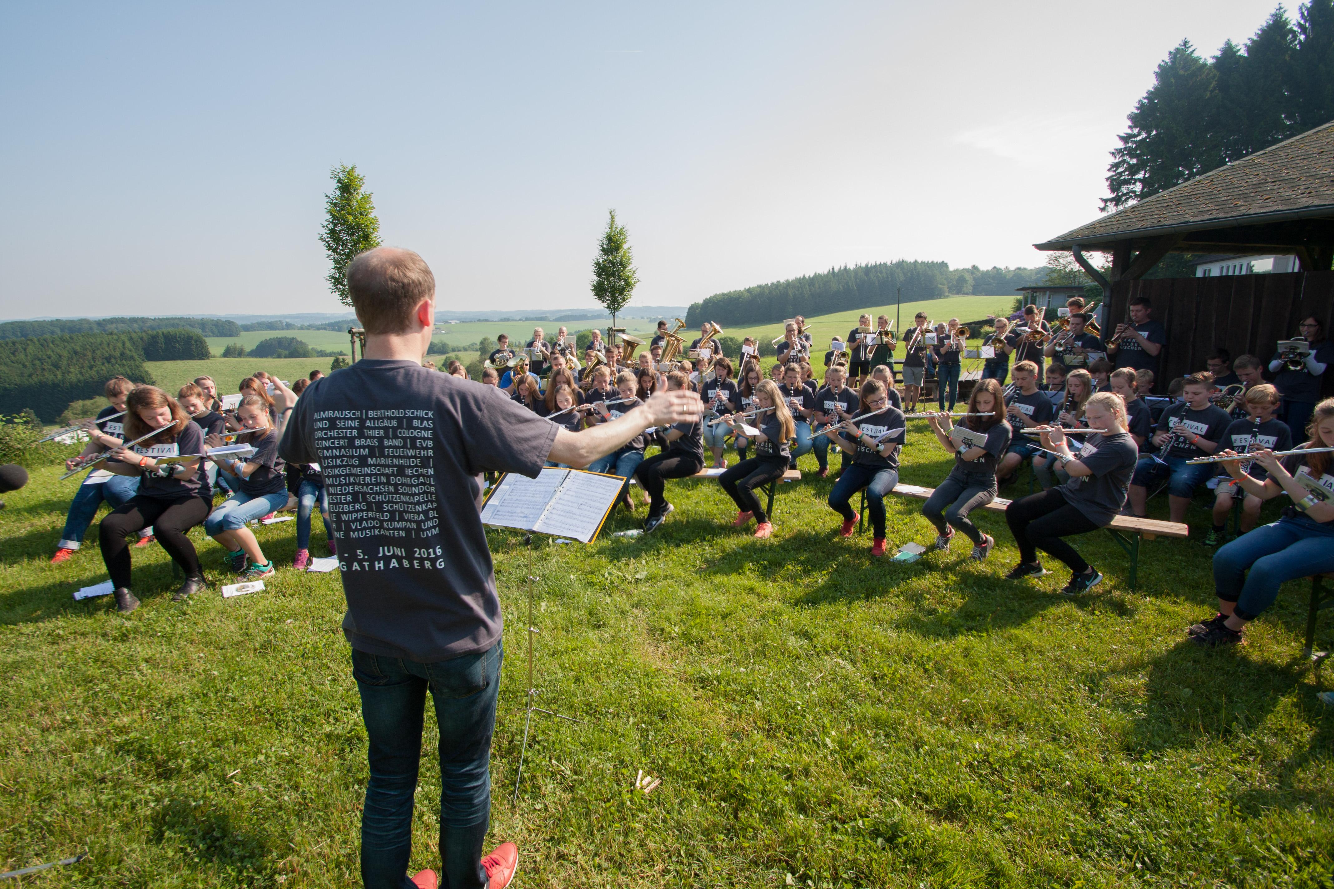 Live-Ticker: Feldmesse und Flashmob in der Jokey-Arena