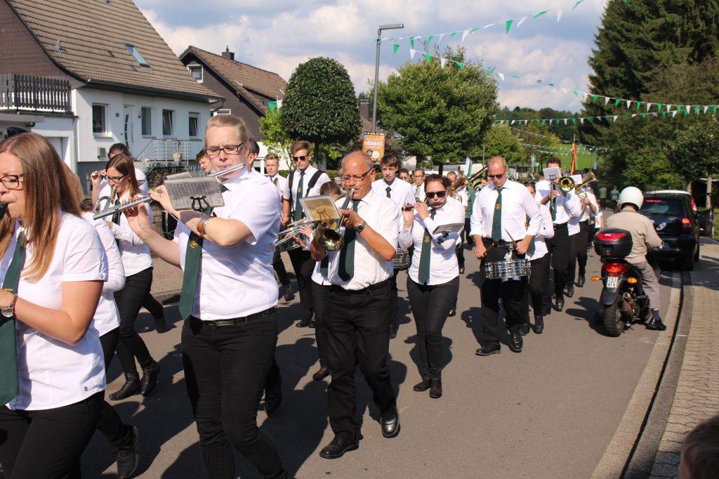 Der Musikverein Dohrgaul beim Marsch durchs Dorf beim Schützenfest in Agathaberg