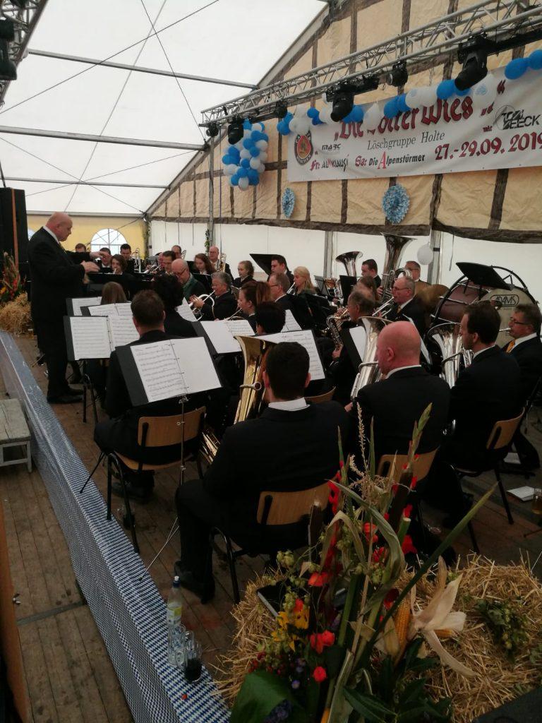 Der Musikverein mit dem Gastorchester auf der Bühne der Holter Wies'n