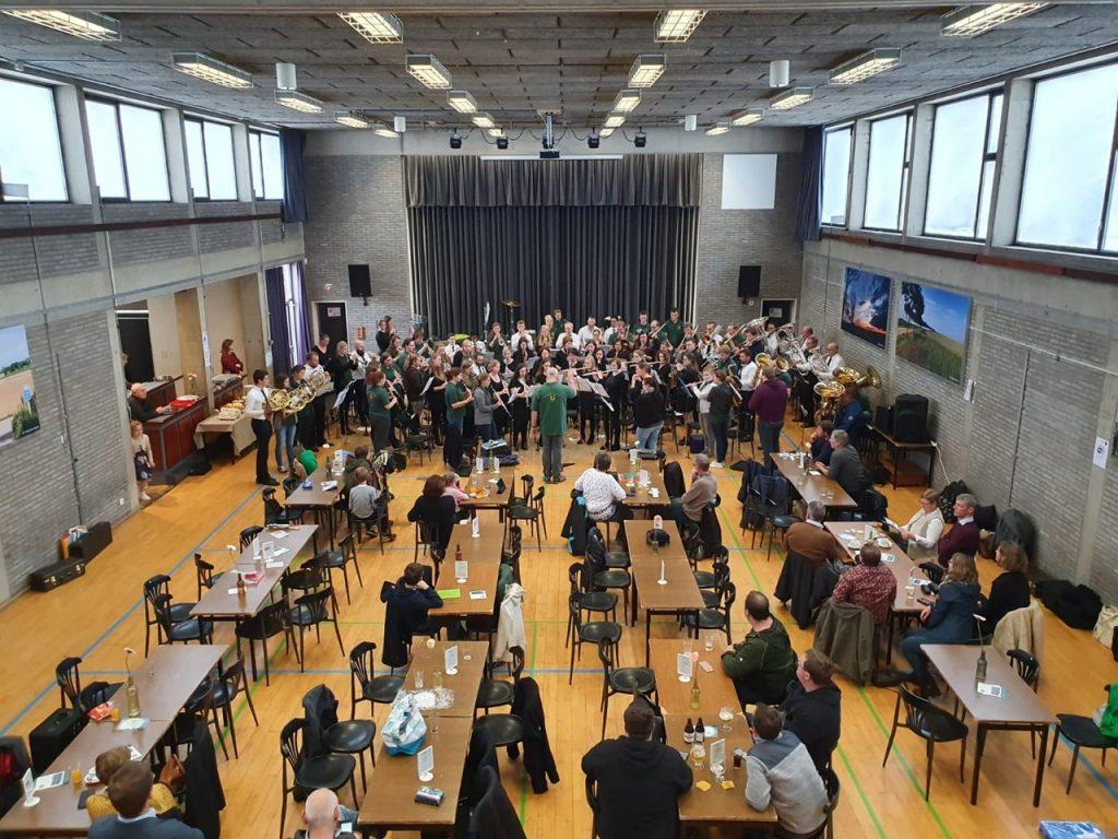 Die MusikerInnen beider Orchester teilten sich die Noten, dirigiert wurde von Lothar